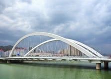Pont au-dessus d'un canal vert avec les nuages dramatiques, Zhangjiakou, Chine Images stock