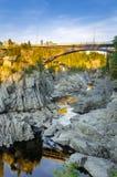 Pont au-dessus d'une gorge au coucher du soleil Images libres de droits