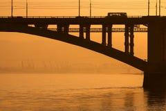 Pont au-dessus d'une grande rivière Photos libres de droits