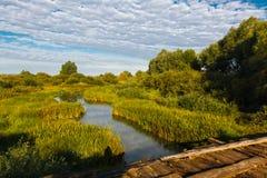 Pont au-dessus d'une petite rivière Images libres de droits
