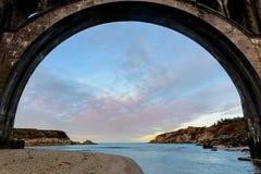 Pont au-dessus d'une plage photo libre de droits