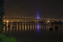 Pont au-dessus d'une rivière à la nuit Photo libre de droits