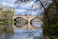 Pont au-dessus d'usage de rivière photos stock