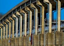 Pont au-dessus de barrage au parc de Spring Hill Photographie stock libre de droits