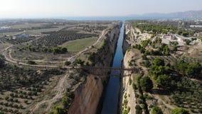 Pont au-dessus de cannal de rivière en Grèce banque de vidéos