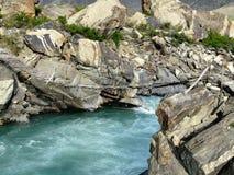 Pont au-dessus de courant de montagne Image libre de droits