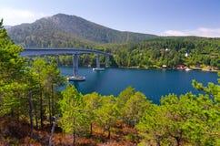 Pont au-dessus de fjord norvégien Photographie stock libre de droits