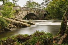 Pont au-dessus de l'eau tranquille images stock