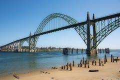 Pont au-dessus de la baie sur la côte de l'Orégon Photographie stock libre de droits