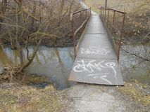 Pont au-dessus de la petite rivière au printemps images libres de droits