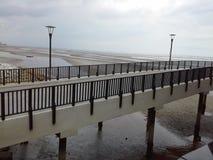 Pont au-dessus de la plage sablonneuse Photo libre de droits