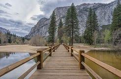 Pont au-dessus de la rivière Images libres de droits