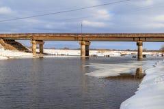 Pont au-dessus de la rivière au printemps, juste obtenu outre de la glace Photographie stock