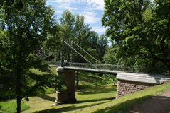 Pont au-dessus de la rivière avec de belles jambes Photographie stock libre de droits