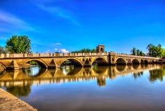 Pont au-dessus de la rivière avec la réflexion Image libre de droits