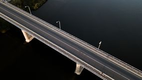 Pont au-dessus de la rivière avec un quadcopter images stock