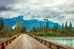 Pont au-dessus de la rivière de coup de pied de cheval chez la Colombie-Britannique d'or image stock
