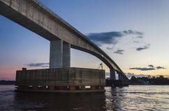 Pont au-dessus de la rivière de Rio Madeira à Porto Velho sur le crépuscule images libres de droits