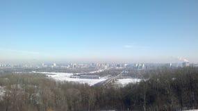 Pont au-dessus de la rivière en hiver Photos stock