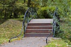 Pont au-dessus de la rivière en parc Photographie stock