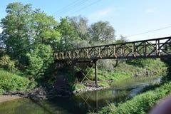 Pont au-dessus de la rivière en photo scénique colorée d'été photo libre de droits