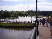 Pont au-dessus de la rivière et fontaines en parc de Moscou Citadins de marche photographie stock