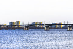 Pont au-dessus de la rivière et immeubles derrière lui Photos libres de droits