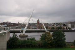 Pont au-dessus de la rivière Foyle à Londonderry Images stock