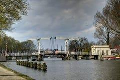 Pont au-dessus de la rivière Vecht en Hollande photographie stock libre de droits