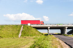 Pont au-dessus de la route rurale Images libres de droits