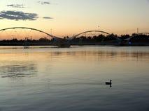 Pont au-dessus de lac calme au crépuscule Photos stock