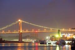 Pont au-dessus de mer la nuit à Xiamen Image stock