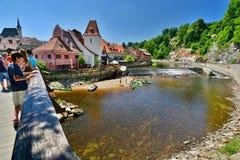 Pont au-dessus de Moldava &#x28 ; Vltava&#x29 ; rivière ?eský Krumlov République Tchèque Photographie stock libre de droits