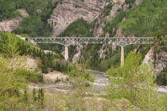 Pont au-dessus de rivière de Canyone en Alaska Photo stock