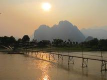 Pont au-dessus de rivière de chanson dans Vangvieng Images libres de droits