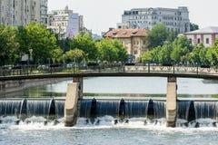 Pont au-dessus de rivière de Dambovita à Bucarest Photo libre de droits
