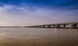 Pont au-dessus de rivière de Guayas à Guayaquil, Equateur Photos libres de droits