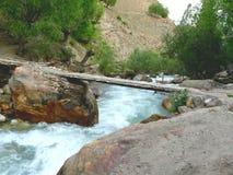 Pont au-dessus de rivière de montagne Images libres de droits