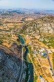 Pont au-dessus de rivière de Moraca - antenne Photographie stock