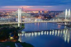 Pont au-dessus de rivière de Neva Photos stock