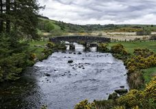 Pont au-dessus de rivière est de dard en parc national de Dartmoor en Devon County en Angleterre photos stock