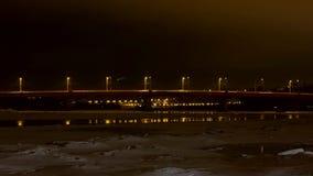 Pont au-dessus de rivière de Neris à Kaunas banque de vidéos