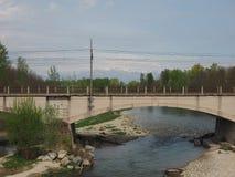 Pont au-dessus de rivière Orco dans Brandizzo Image libre de droits