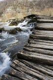 Pont au-dessus de rivière sauvage Photographie stock libre de droits