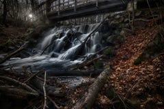 Pont au-dessus des automnes supérieurs de Forsakar Images stock
