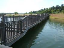Pont au-dessus des eaux calmes Photo stock