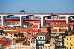 Pont au-dessus des maisons à Lisbonne photographie stock