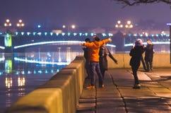 Pont au-dessus des personnes de Neva River La Russie, St Petersburg, février 2015 Photographie stock