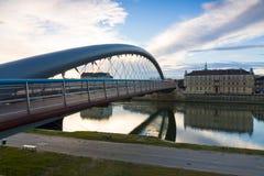 Pont au-dessus du fleuve Vistule au temps de lever de soleil, Cracovie, Pologne Images stock