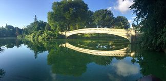 Pont au-dessus du lac au Central Park, New York Photos stock
